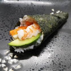 temaki de california surimi (aguacate, gamba, mayonesa y tobiko)