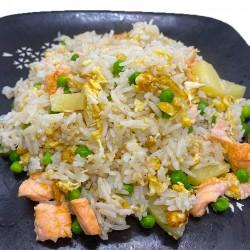 arroz frito con salmón y piña