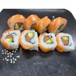 8 salmón roll (relleno de salmón, aguacate y mayonesa o cubierto de salmón e ikura huevas de salmón)